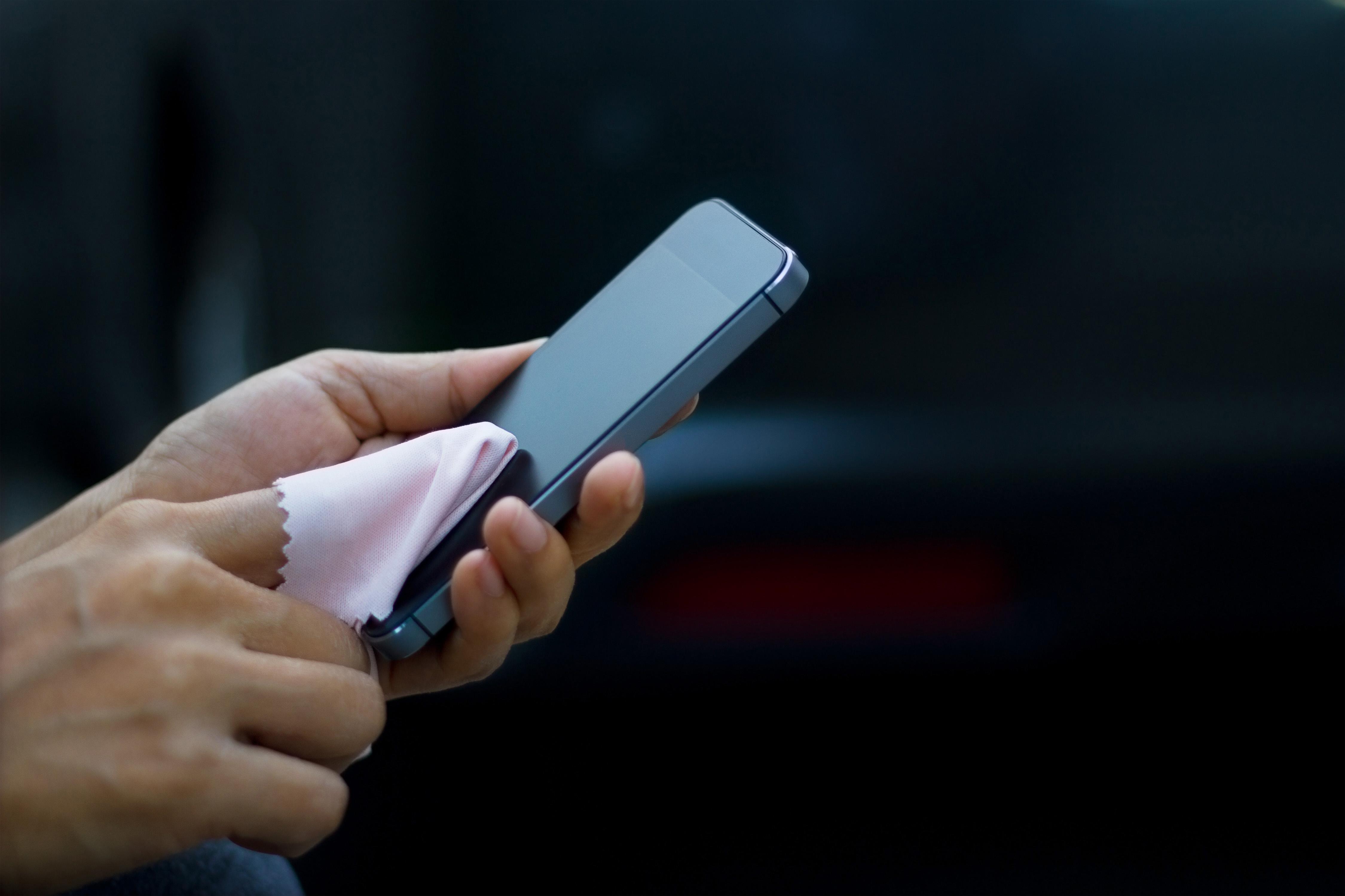 curatarea unui iphone cu microfibra