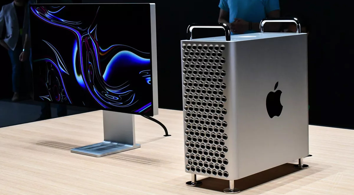 mac pro si xdr display pe o masa din lemn