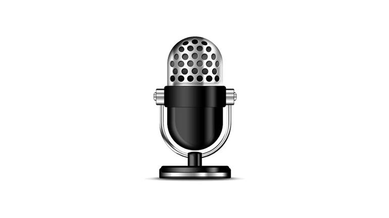 microfon pe fundal alb