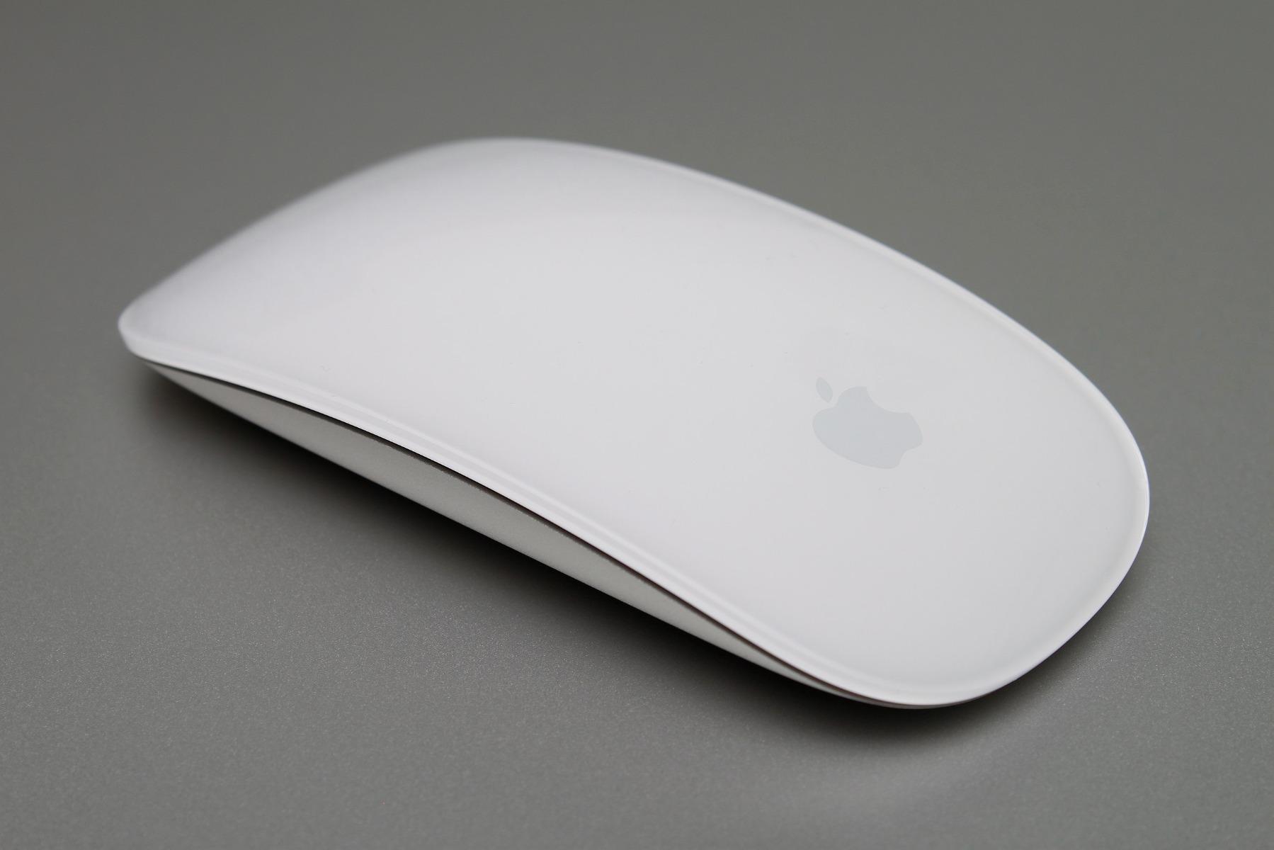 mouse mac pe fundal gri