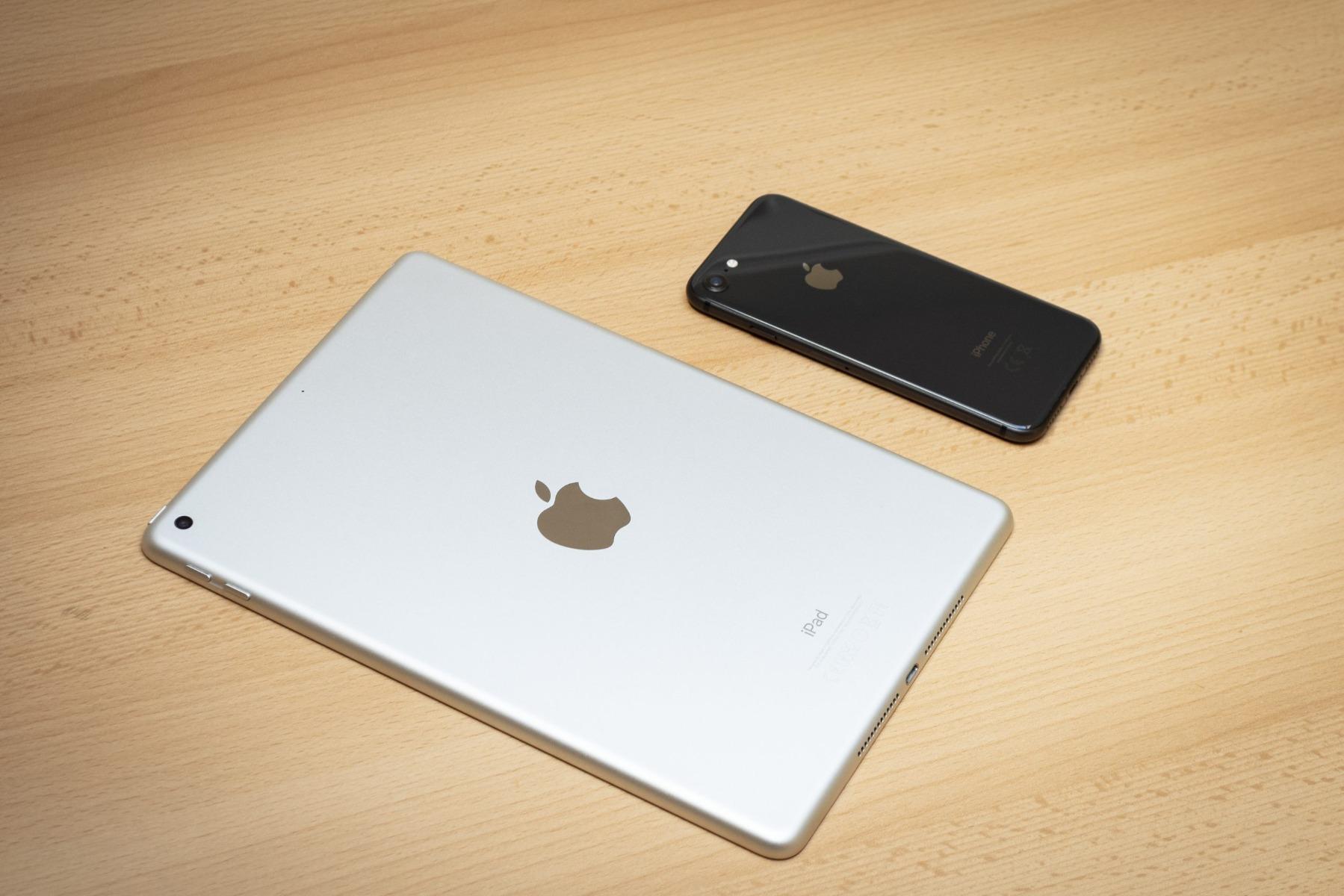 ipad 5 si un iphone pe birou de lemn